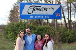 Family at the Tennessee sign